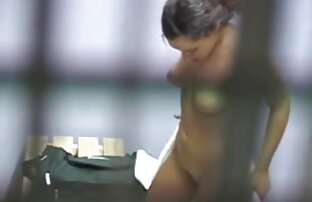 লকার রুমে কাপড় বদলানো কিশোরীরা স্ট্রিপ গুদ